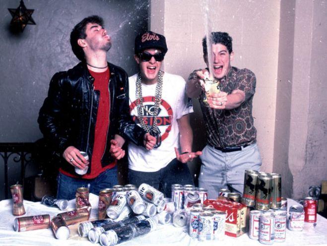 Los Beastie Boys desayunando.